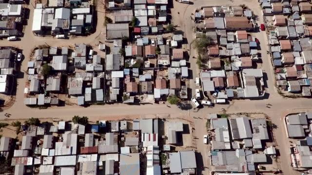 vídeos de stock e filmes b-roll de aerial view over south african township - bairro de lata