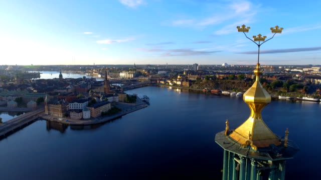 stockvideo's en b-roll-footage met luchtfoto over het stadhuis van stockholm - waterkant