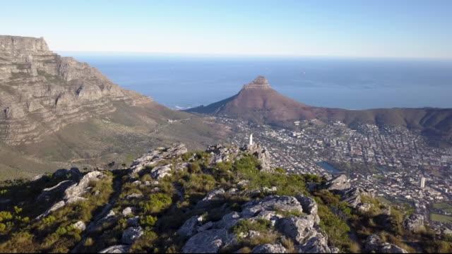 vídeos de stock, filmes e b-roll de vista aérea sobre a montanha da tabela e a cidade do cabo, áfrica do sul - cidade do cabo