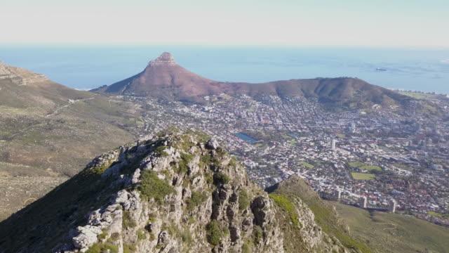 テーブルマウンテンとケープタウン、南アフリカの上空からの眺め - ライオンズヘッド点の映像素材/bロール