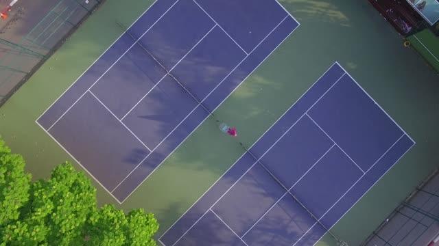 vidéos et rushes de aerial view over tennis court - terrain de jeu
