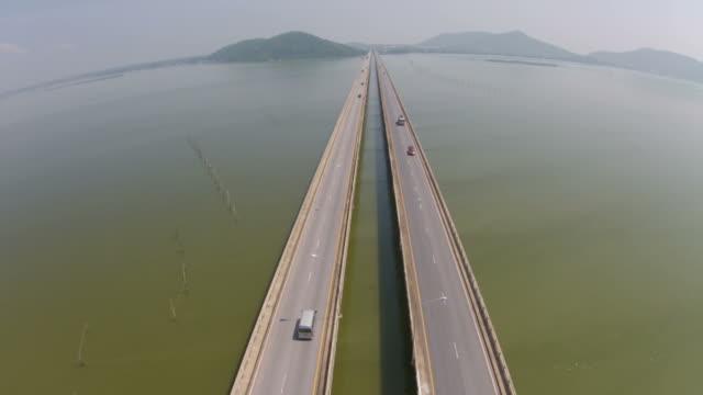 Vista cenital sobre el puente de cemento