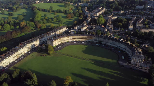 aerial view over the georgian city of bath, royal victoria park and royal cresent, somerset, england - ジョージア調点の映像素材/bロール