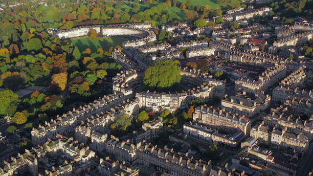 aerial view over the georgian city of bath, the circus and royal cresent, somerset, england - ジョージア調点の映像素材/bロール