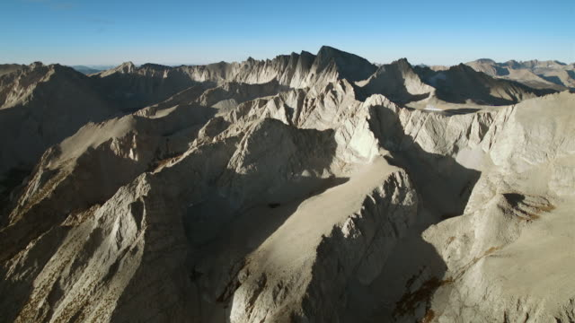vídeos de stock, filmes e b-roll de aerial view over the high sierras approaching mount whitney. - ponto de referência natural