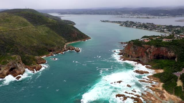 luftaufnahme über die knysna-köpfe - republik südafrika stock-videos und b-roll-filmmaterial