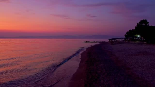 vídeos y material grabado en eventos de stock de vista aérea sobre el mar y hermosa puesta de sol - multicóptero