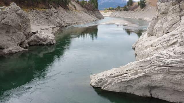 vídeos y material grabado en eventos de stock de aerial view over the snake river flowing downstream in wyoming - río snake