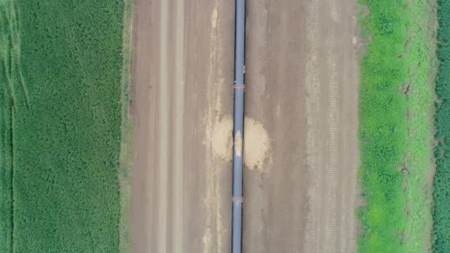 vídeos de stock, filmes e b-roll de vista aérea sobre o equipamento de gás de petróleo de gnl do gasoduto south stream. um canteiro de obras de uma usina de gás natural. - oleoduto
