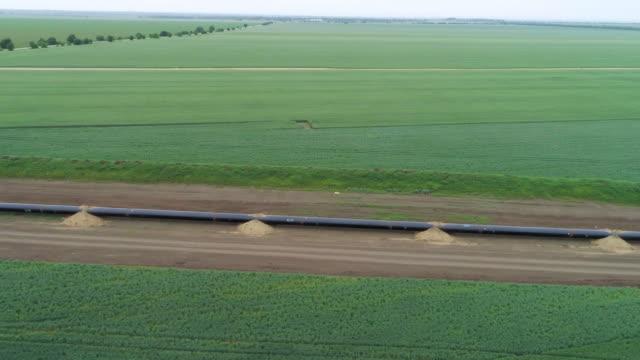 vídeos y material grabado en eventos de stock de vista aérea sobre el equipo de gasóleo de gnl del gas de gnl del gas de río south stream. una obra de construcción de una planta de gas natural. - gas natural