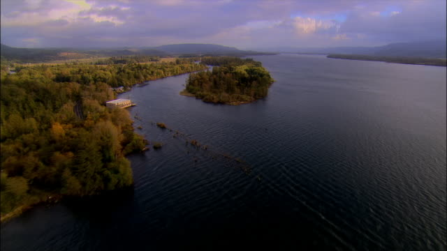 aerial view over the town of middle valley and along the coastline of the columbia river / washington - stato di washington video stock e b–roll