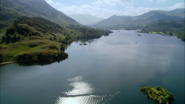 vídeos y material grabado en eventos de stock de aerial view over ullswater lake in the lake district / sailboats on the water / cumbria, england - distrito de los lagos de inglaterra