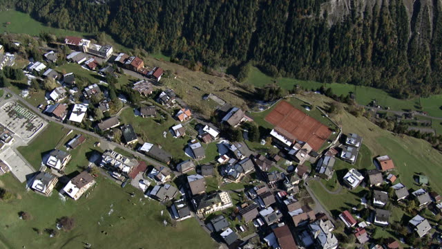 luftaufnahme über village und meadow - berner alpen stock-videos und b-roll-filmmaterial