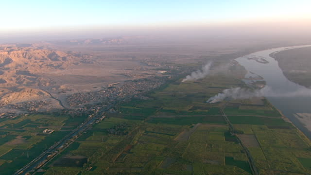 aerial view pan from the west bank to the nile river and luxor. - tempio di hatshepsut video stock e b–roll