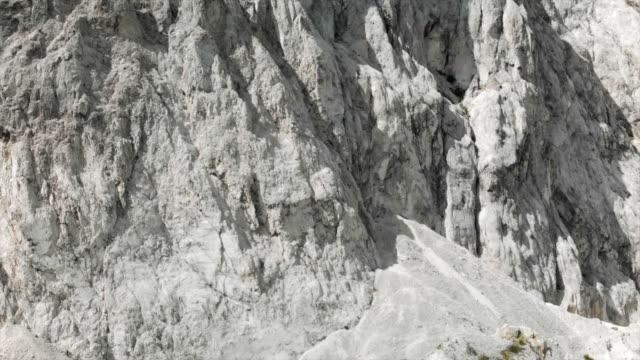 vídeos y material grabado en eventos de stock de aerial view panning around white rocky textured cliffs - hispaniola