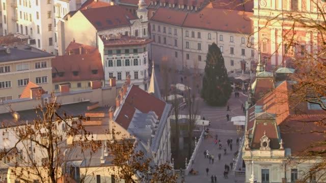 vídeos y material grabado en eventos de stock de ms vista aérea personas caminando en la plaza de la ciudad con árbol de navidad, liubliana, eslovenia - liubliana