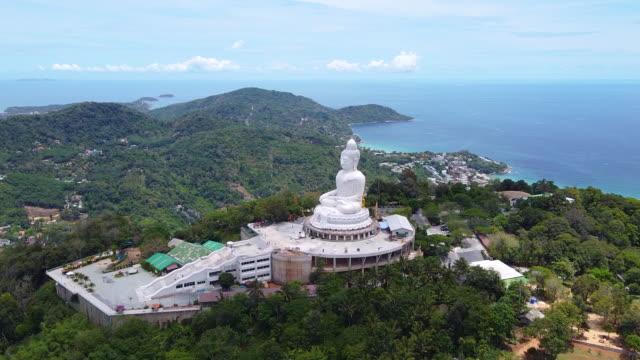 luftbild phuket big buddha ist eines der wichtigsten und verehrten wahrzeichen der insel. - heiliger stock-videos und b-roll-filmmaterial