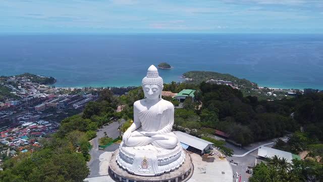 vídeos y material grabado en eventos de stock de vista aérea phuket gran buda es uno de los monumentos más importantes y venerados de la isla. - templo