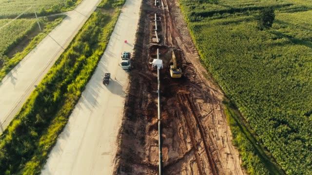 vídeos de stock e filmes b-roll de aerial view pipeline construction - oleoduto