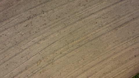 vídeos y material grabado en eventos de stock de vista aérea: campo arado - campo arado