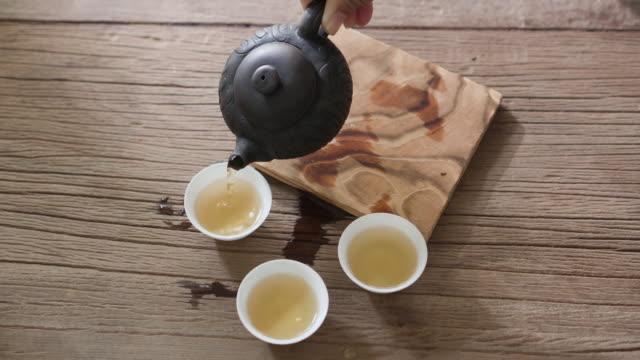 stockvideo's en b-roll-footage met luchtfoto giet hete thee in kleine kop - kleine groep dingen