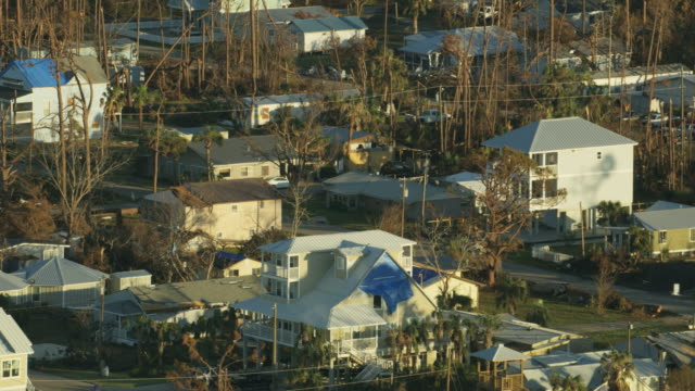 vídeos de stock e filmes b-roll de aerial view property destruction hurricane michael aftermath usa - resgate