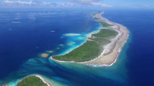 stockvideo's en b-roll-footage met aerial view pulling away from ahe atoll and the entrance - frans polynesië