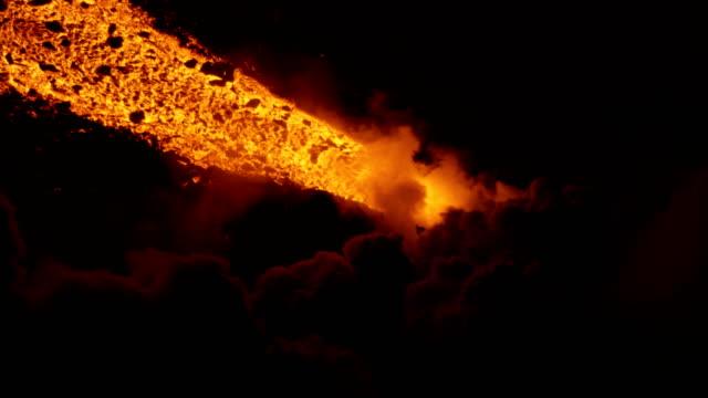 vidéos et rushes de aerial view red hot lava pouring into pacific - lave