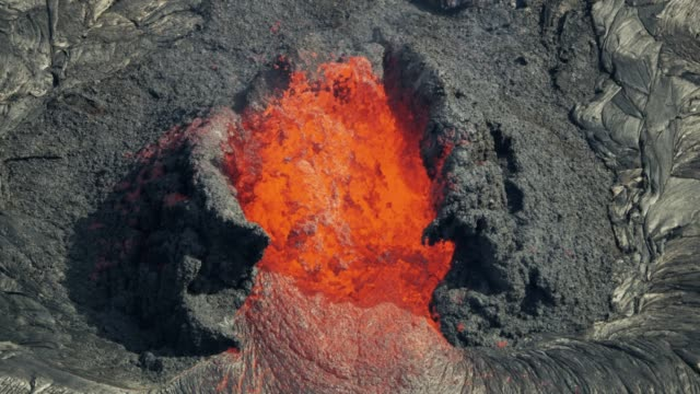 vídeos de stock e filmes b-roll de aerial view red hot magma from earths crust - lava