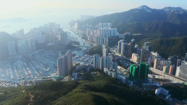 luftbild wohnviertel in aberdeen und ap lei chau von hong kong - insel hong kong island stock-videos und b-roll-filmmaterial