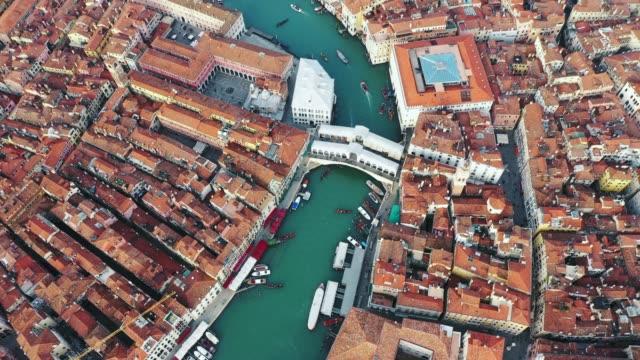 vídeos y material grabado en eventos de stock de aerial view, rialto bridge, venice, italy - puente de rialto