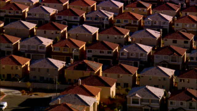 aerial view rows of tract housing / las vegas, nevada - vorort wohnsiedlung stock-videos und b-roll-filmmaterial