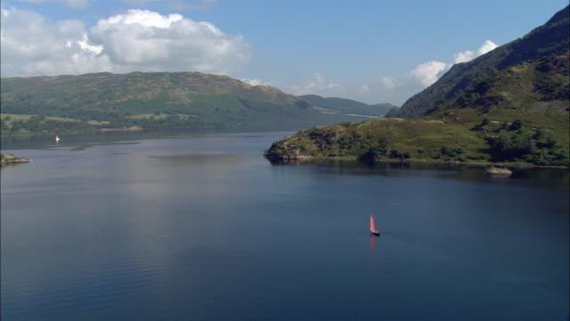 vídeos y material grabado en eventos de stock de aerial view sailboat on ullswater lake in the lake district / cumbria, england - distrito de los lagos de inglaterra