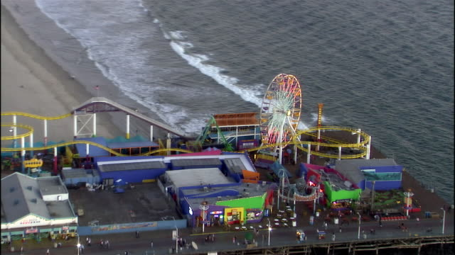 stockvideo's en b-roll-footage met aerial view santa monica pier at sunset / santa monica, california - noordelijke grote oceaan