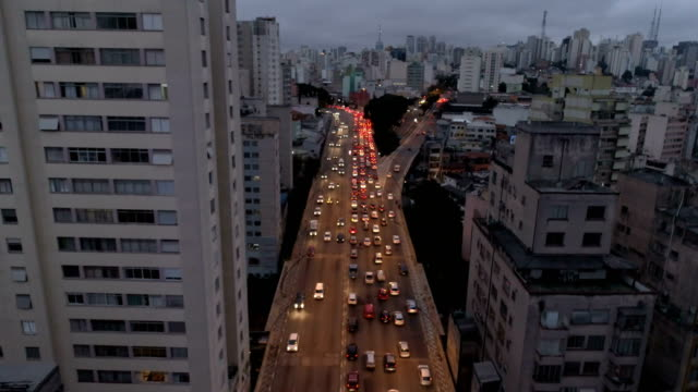 vídeos de stock, filmes e b-roll de aerial view sao paulo city - inclinando se