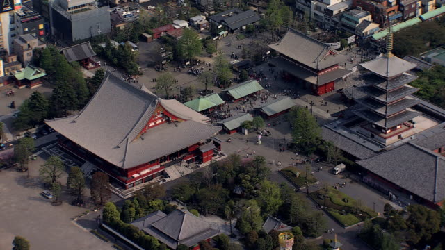 vídeos de stock, filmes e b-roll de aerial view sensoji temple thunder gate buddhist tokyo - templo asakusa kannon