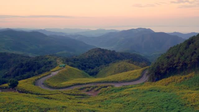 Luftbild schossen schöne Straße auf dem Berg in Mae Hong Son, Thailand