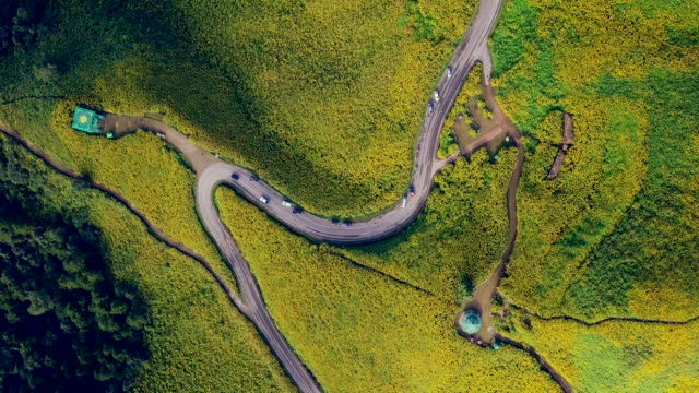 Flygfoto sköt vackra vägen på berget i Mae Hong Son, Thailand