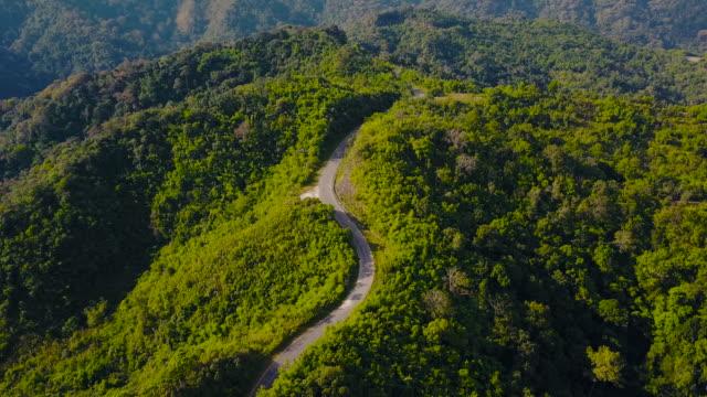 空撮ショット徳、タイの山の美しい道です。 - 曲線点の映像素材/bロール