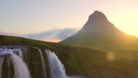 vídeos de stock e filmes b-roll de aerial view shot in the morning of kirkjufell mountain at summer in western iceland - islândia