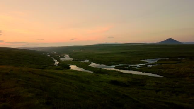 Luftaufnahme der schöne Berg und Wiese mit nebligen Abend auf Island geschossen