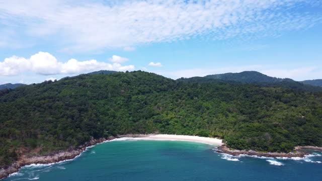 flygfoto skott av skönhet bay naturlandskap med ö, klart hav med turkosvatten i phuket i thailand. - andamansjön bildbanksvideor och videomaterial från bakom kulisserna