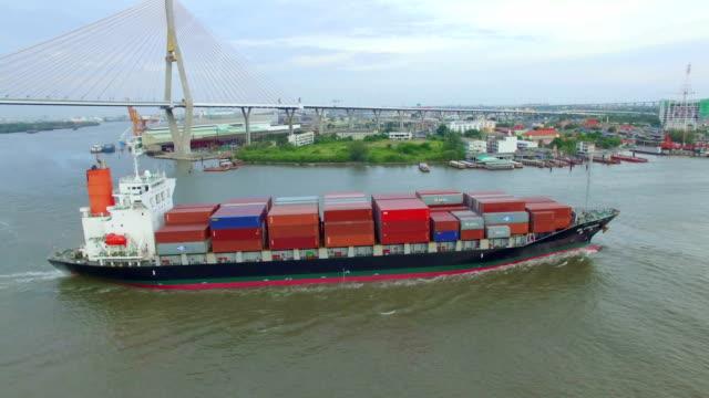 veduta aerea di un container nave cargo sul fiume - mercanzia video stock e b–roll