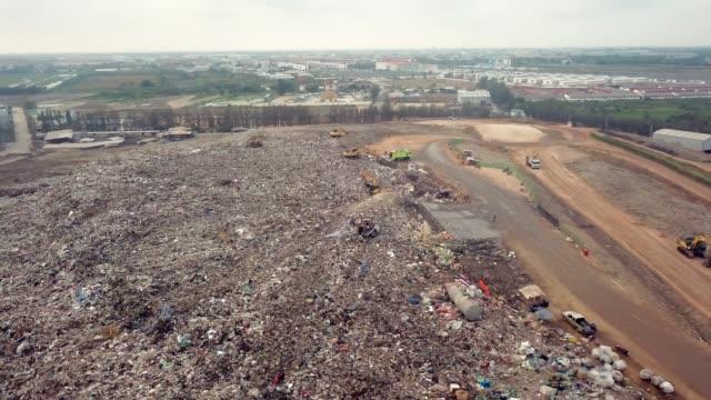 vídeos de stock e filmes b-roll de aerial view shot of garbage dump landfill - excesso
