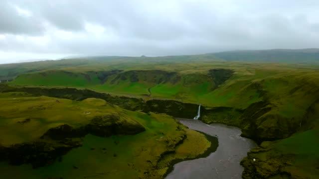 vidéos et rushes de coup de vue aérienne de la rivière au cours de l'été au sud de l'islande - mousse végétale