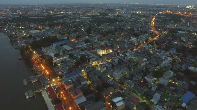 veduta aerea di un fiume città di notte - elicottero video stock e b–roll