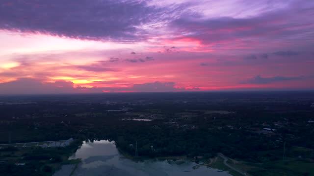 vídeos de stock, filmes e b-roll de tiro de vista aérea do pôr do sol sobre o lago - lago reflection