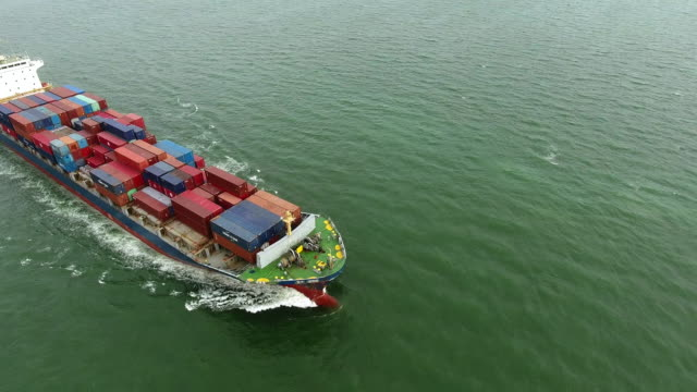 vídeos y material grabado en eventos de stock de vista aérea tiro pista de yarda de portacontenedores de carga en el océano. - mckyartstudio