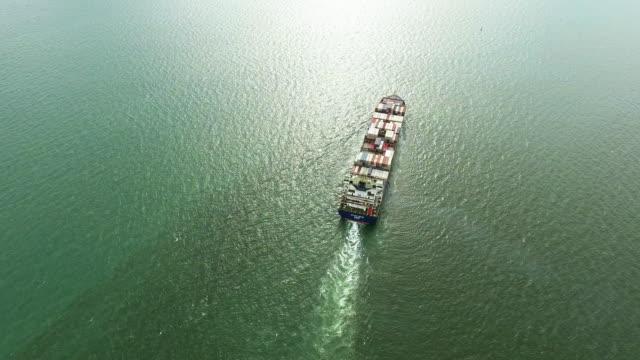 vidéos et rushes de vue aérienne tourné piste d'yard de porte-conteneurs de cargo dans l'océan. - cargo