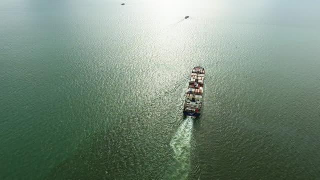 vídeos y material grabado en eventos de stock de vista aérea tiro pista de yarda de portacontenedores de carga en el océano. - buque tanque